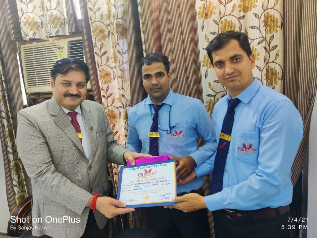 Bal Dev Singh - Fatehabad - awarded by Vinod Sharma FM And Mr. Sanjay Narwal, Managing Director Phoenix Life Science Pvt. Ltd.