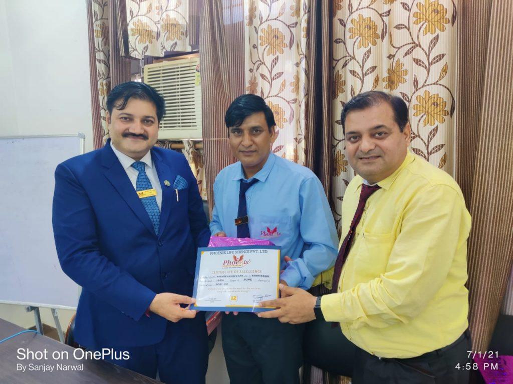 Bhaskar dayani H.Q. RishikeshAwarded by Shashi Shekhar Upadhyay And Sanjay Narwal Managing Director - Phoenix Life science pvt ltd