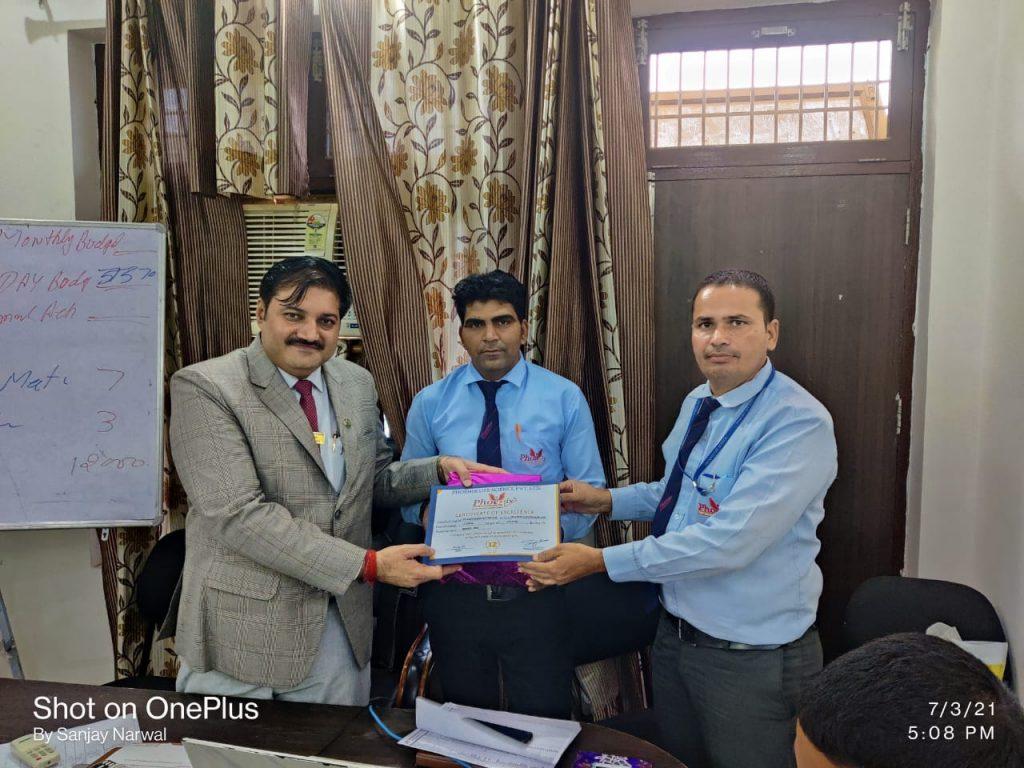 Pardeep Kumar - Sardarshahr - awarded by FM Umed Singh And Sanjay narwal Managing Director Phoenix Life Science Pvt. Ltd.
