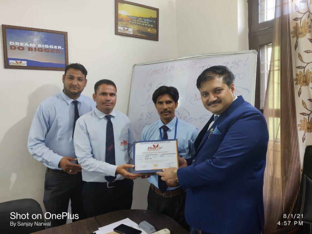 Ashok kumar Hanumangarh awarded by FM Umed Singh And Dr. Sanjay Narwa, MD, Phoenix Life Science