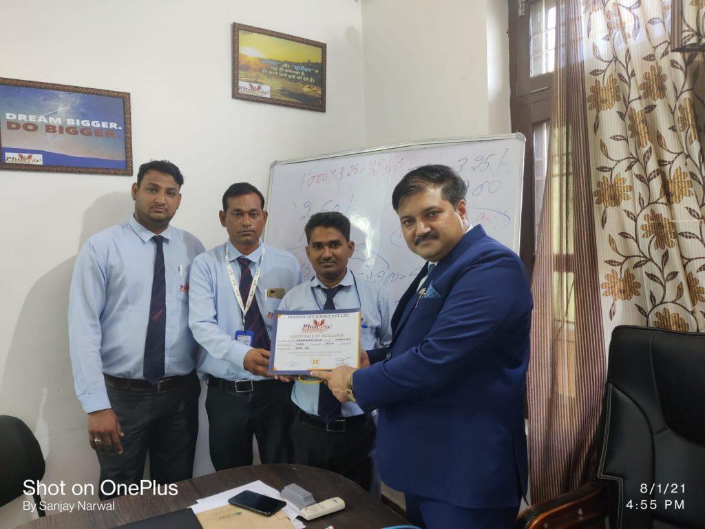 Yogesh Sharma giving appreciation to Krishan kumar, Chirawa