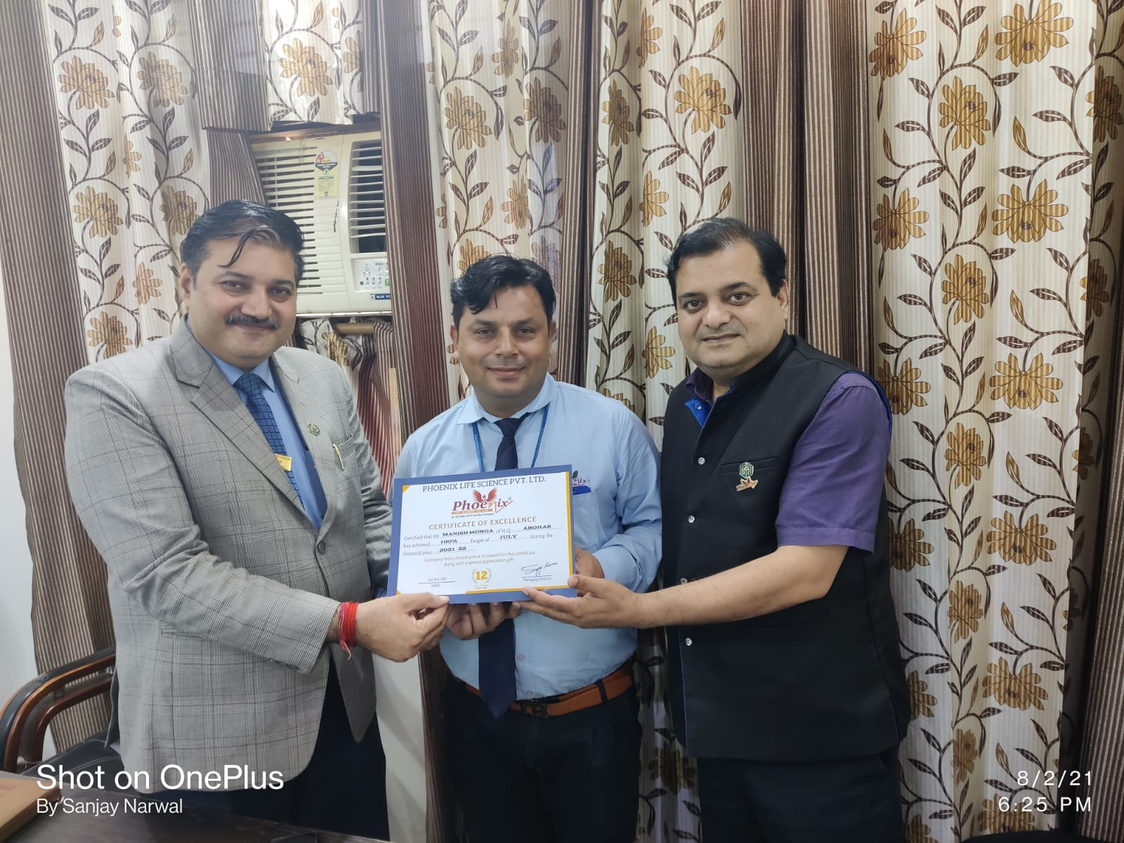 Manish Monga awarded by Dr. Sanjay Narwal MD, Phoenix Life Science and Dr. Shashi Shekhar Upadhyay Country Head Phoenix Life Science Pvt. Ltd.