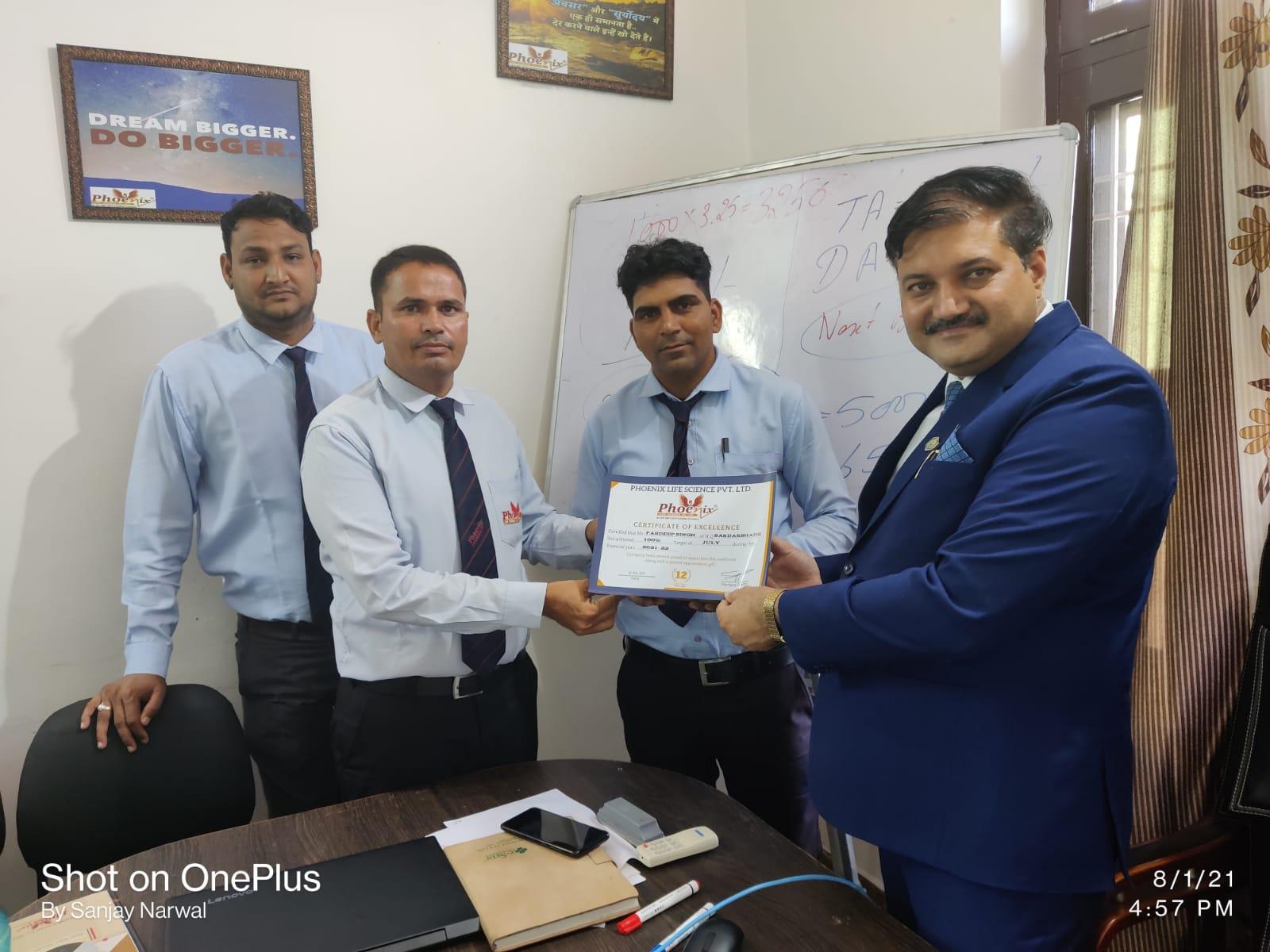 Pardeep Singh Sarsahar Achiever awarded by Dr. Sanjay Narwal, MD, Phoenix Life Science Pvt. Ltd.