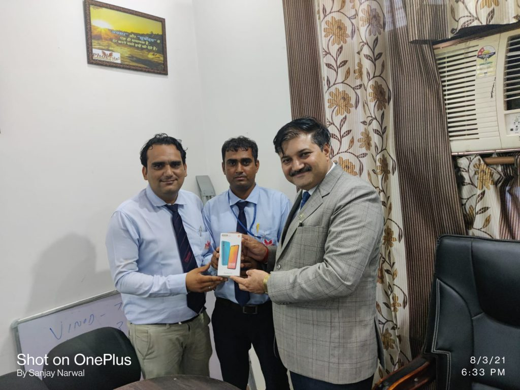 Satbir Singh Siwani Achiever awarded by FM Mahesh Sharma and Dr. Sanjay Narwal, MD, Phoenix Life Science Pvt. Ltd.