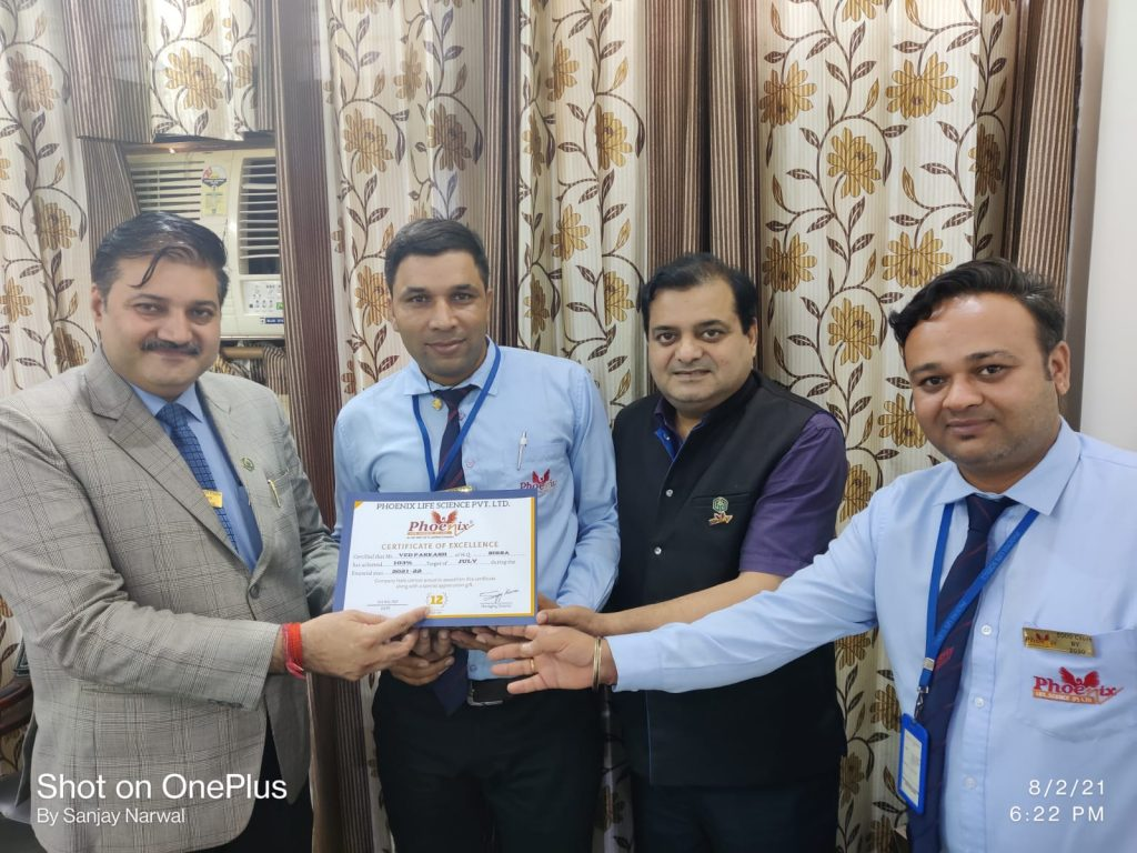 Ved Parkash achiever awarded by Dr. Shashi Shekhar Upadhyay And Dr. Sanjay Narwal, MD, Phoenix Life Science