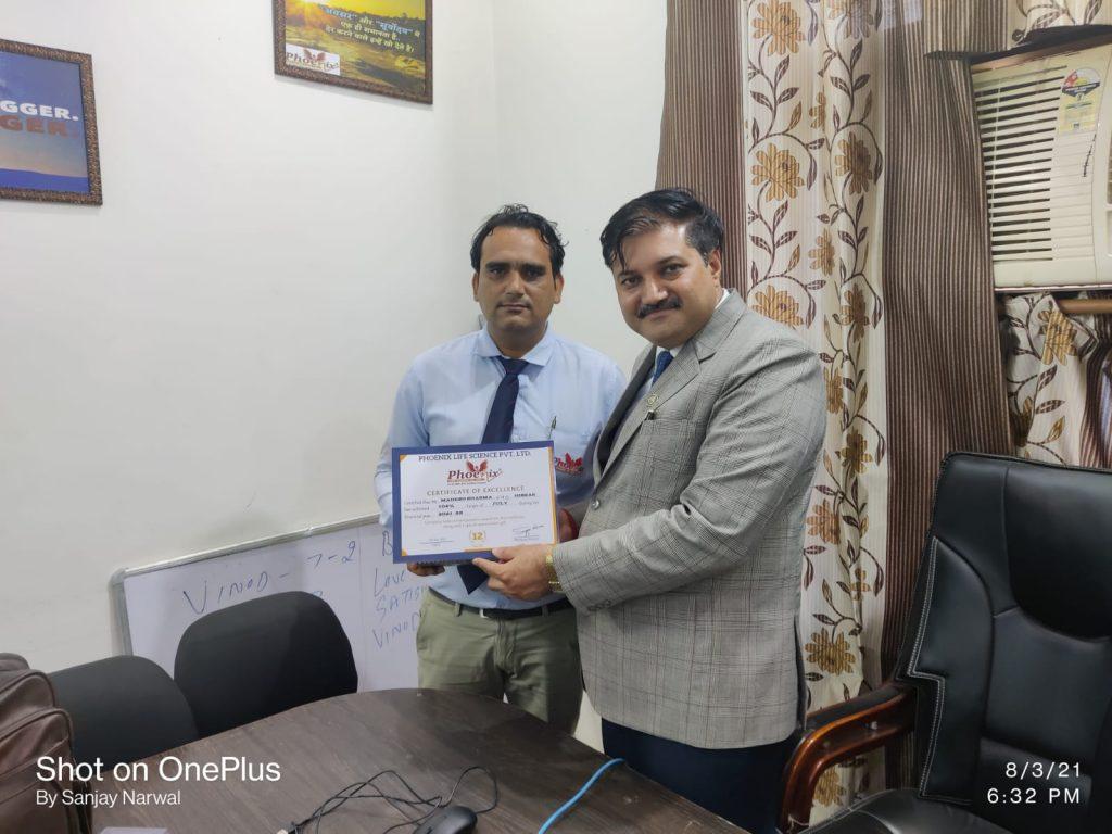 mahesh Sharma achiever july 2021 awarded by Managing Director Dr. Sanjay Narwal, Phoenix Life Science